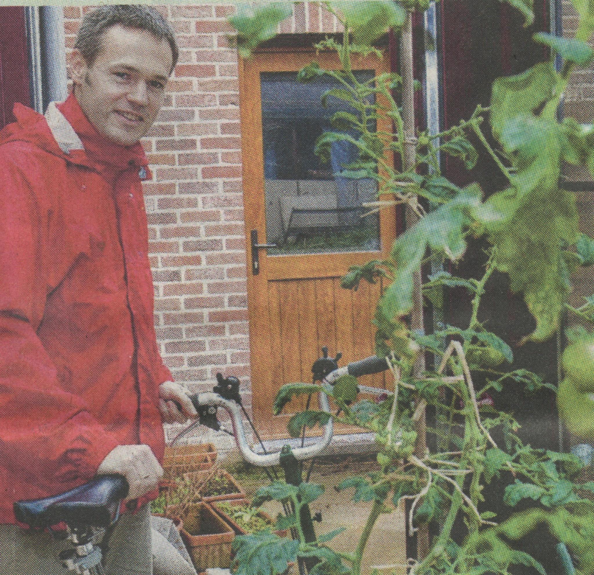 Josué applique son message à la lettre en cultivant ses légumes et en se déplaçant à vélo quand il le peut. © DOMINIQUE DUCHESNES.